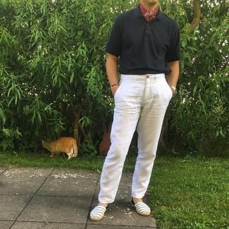 Comment porter un polo noir: Harmonise un polo noir avec un pantalon chino blanc pour affronter sans effort les défis que la journée te réserve. Assortis ce look avec une paire de espadrilles en toile à rayures horizontales blanc et bleu marine.