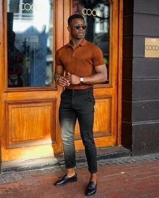 Comment porter un pantalon chino noir: Pour créer une tenue idéale pour un déjeuner entre amis le week-end, pense à marier un polo tabac avec un pantalon chino noir. Une paire de mocassins à pampilles en cuir noirs est une façon simple d'améliorer ton look.