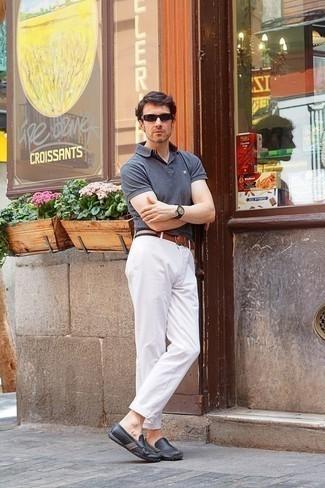 Comment porter un pantalon chino blanc: Marie un polo gris avec un pantalon chino blanc pour une tenue idéale le week-end. Cet ensemble est parfait avec une paire de des mocassins en cuir gris foncé.