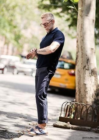 Comment porter des sandales: Associe un polo bleu marine avec un pantalon chino bleu marine pour un look de tous les jours facile à porter. Une paire de des sandales apporte une touche de décontraction à l'ensemble.