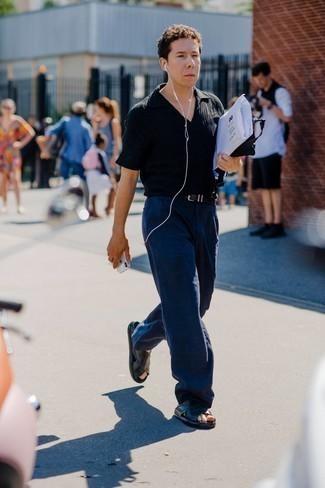 Tendances mode hommes: Porte un polo noir pour une tenue confortable aussi composée avec goût.