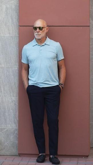 Comment s'habiller quand il fait très chaud: Pense à marier un polo bleu clair avec un pantalon chino bleu marine pour une tenue confortable aussi composée avec goût. Ajoute une paire de des slippers en cuir noirs à ton look pour une amélioration instantanée de ton style.