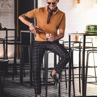 Comment s'habiller quand il fait très chaud: Pour une tenue de tous les jours pleine de caractère et de personnalité pense à opter pour un polo tabac et un pantalon chino à carreaux noir et blanc. Choisis une paire de slippers en cuir à franges noirs pour afficher ton expertise vestimentaire.