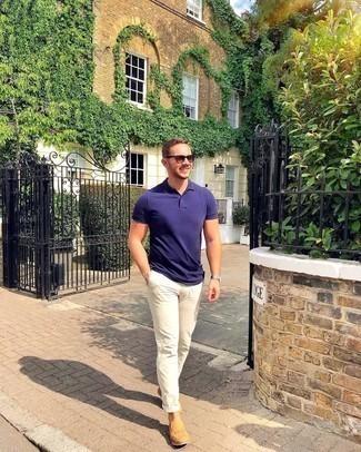 Comment s'habiller pour un style chic decontractés: Opte pour un polo violet avec un pantalon chino beige pour une tenue idéale le week-end. D'une humeur créatrice? Assortis ta tenue avec une paire de slippers en cuir tressés marron clair.