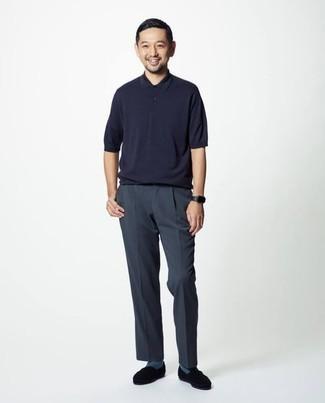 Comment s'habiller quand il fait très chaud: Essaie d'harmoniser un polo bleu marine avec un pantalon chino bleu marine pour une tenue confortable aussi composée avec goût. Complète cet ensemble avec une paire de slippers en daim noirs pour afficher ton expertise vestimentaire.