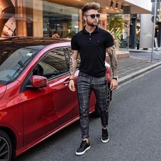Comment porter: polo noir, pantalon de costume à carreaux gris foncé, baskets basses en cuir noires, lunettes de soleil noires