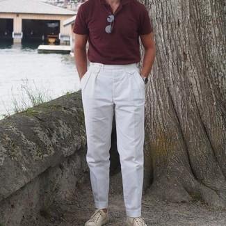 Comment s'habiller quand il fait très chaud: Associe un polo bordeaux avec un pantalon de costume blanc pour achever un look habillé mais pas trop. Tu veux y aller doucement avec les chaussures? Fais d'une paire de baskets basses en toile beiges ton choix de souliers pour la journée.