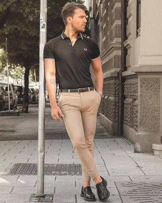 Comment porter: polo noir, pantalon de costume beige, chaussures derby en cuir noires, ceinture en cuir noire