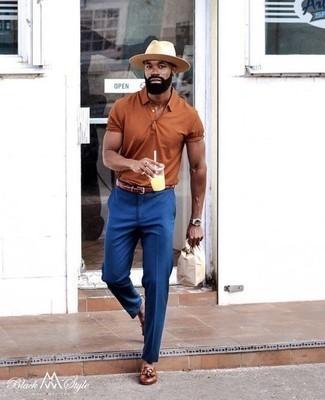 Comment porter un pantalon de costume bleu: Marie un polo tabac avec un pantalon de costume bleu pour aller au bureau. Complète cet ensemble avec une paire de des mocassins à pampilles en cuir marron pour afficher ton expertise vestimentaire.