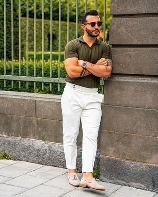 Comment porter un pantalon de costume blanc: Pense à harmoniser un polo olive avec un pantalon de costume blanc si tu recherches un look stylé et soigné. Termine ce look avec une paire de des mocassins à pampilles en daim beiges pour afficher ton expertise vestimentaire.