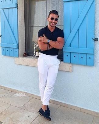 Comment porter un pantalon de costume blanc: Choisis un polo bleu marine et un pantalon de costume blanc pour créer un look chic et décontracté. Habille ta tenue avec une paire de des mocassins à pampilles en daim bleu marine.