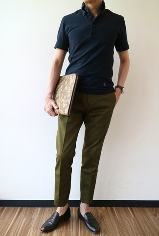 Comment porter: polo noir, pantalon de costume olive, slippers en cuir marron foncé, pochette en cuir camouflage olive