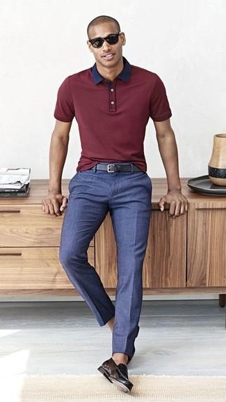 Comment porter: polo bordeaux, pantalon de costume bleu, slippers en cuir noirs, ceinture en cuir noire