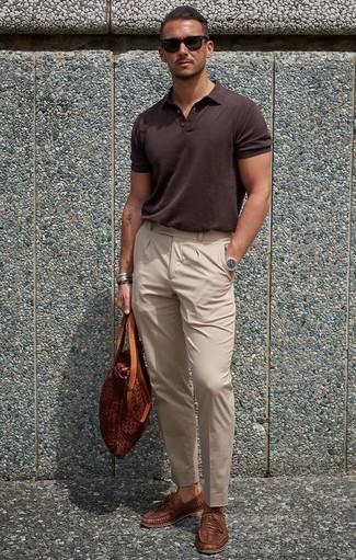 Comment porter: polo marron foncé, pantalon de costume beige, slippers en cuir tressés marron, sac fourre-tout en cuir tabac