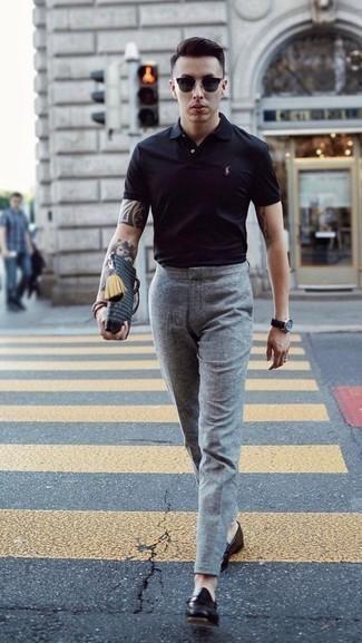 Comment porter une montre en cuir noire: Harmonise un polo noir avec une montre en cuir noire pour un look idéal le week-end. Jouez la carte classique pour les chaussures et opte pour une paire de des slippers en cuir noirs.