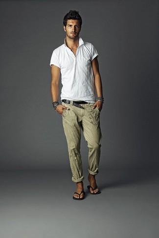 Comment porter: polo blanc, pantalon de costume en lin olive, tongs noires, ceinture en cuir tressée noire