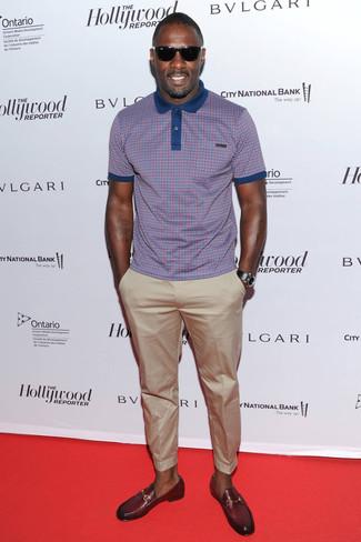 Tenue de Idris Elba: Polo à carreaux pourpre, Pantalon chino beige, Slippers en cuir bordeaux, Montre en cuir noire