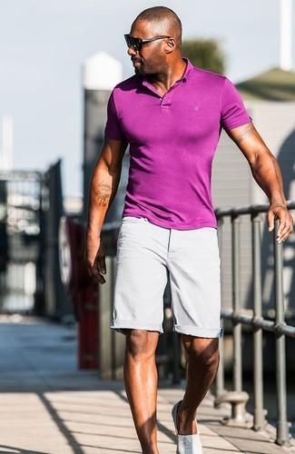 Tenue de Idris Elba: Polo pourpre, Short gris, Baskets à enfiler grises