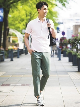 Comment porter un pantalon chino olive: Marie un polo rose avec un pantalon chino olive pour une tenue idéale le week-end. Jouez la carte décontractée pour les chaussures et termine ce look avec une paire de chaussures de sport grises.