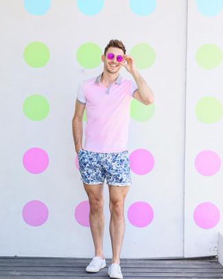 Comment porter: polo rose, short à fleurs bleu, baskets basses en toile blanches, lunettes de soleil fuchsia