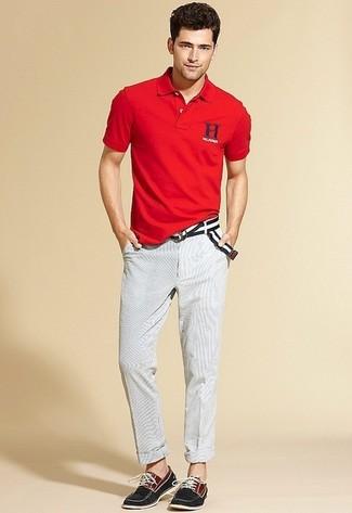 Comment porter: polo rouge, pantalon chino blanc, chaussures bateau en toile noires, ceinture en toile à rayures horizontales noire et blanche