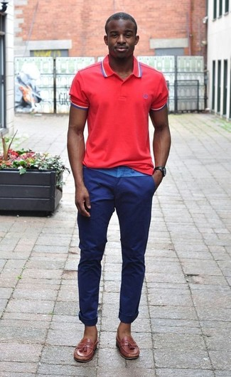 Comment porter: polo rouge, pantalon chino bleu marine, mocassins à pampilles en cuir marron, montre en cuir marron foncé