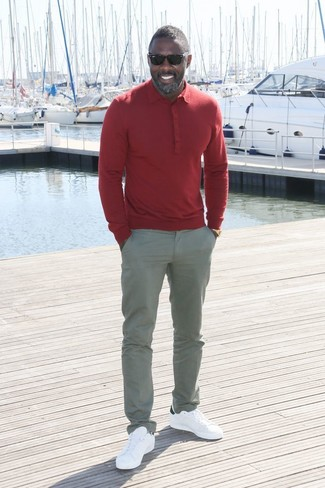 Comment porter: polo rouge, pantalon chino gris, baskets basses en cuir blanches
