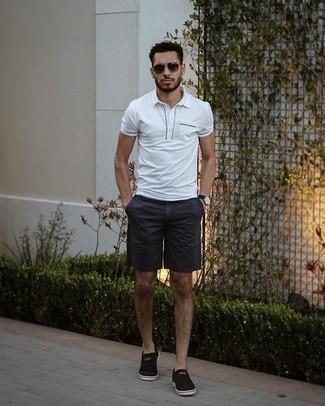 Tendances mode hommes: Pense à porter un polo blanc et un short bleu marine pour affronter sans effort les défis que la journée te réserve. Termine ce look avec une paire de baskets à enfiler en toile noires.