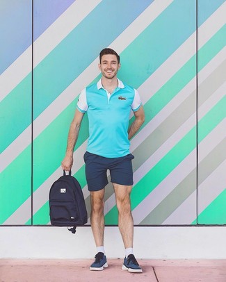 Comment porter: polo turquoise, short bleu marine, baskets basses bleu marine, sac à dos en toile bleu marine