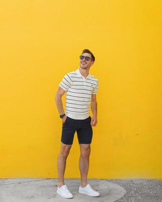Comment porter: polo à rayures horizontales blanc et noir, short noir, baskets basses en cuir blanches, lunettes de soleil marron