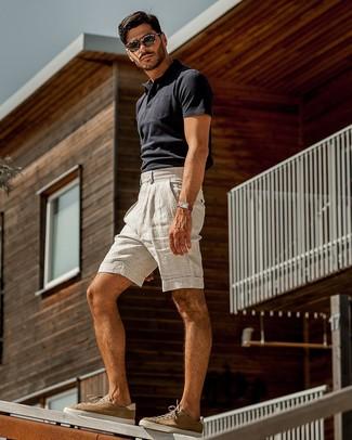 Comment porter un polo bleu marine: Associer un polo bleu marine avec un short en lin gris est une option confortable pour faire des courses en ville. Assortis ce look avec une paire de des baskets basses en daim marron.