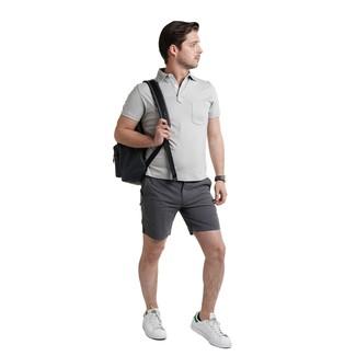 Comment porter: polo gris, short gris foncé, baskets basses en cuir blanches, sac à dos en cuir noir