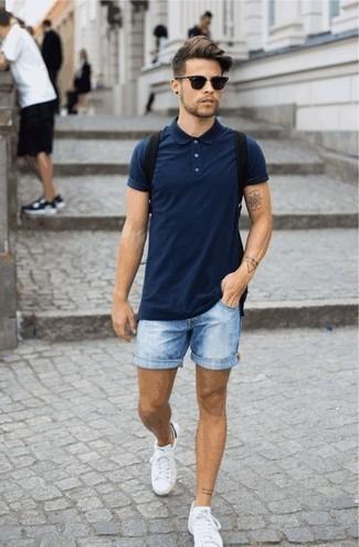 Comment porter des baskets basses blanches à 20 ans: Pour créer une tenue idéale pour un déjeuner entre amis le week-end, harmonise un polo bleu marine avec un short en denim bleu clair. Une paire de des baskets basses blanches est une option parfait pour complèter cette tenue.