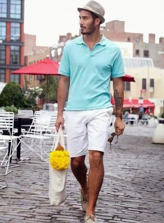 Comment porter: polo vert menthe, short blanc, chaussures bateau en cuir beiges, chapeau gris
