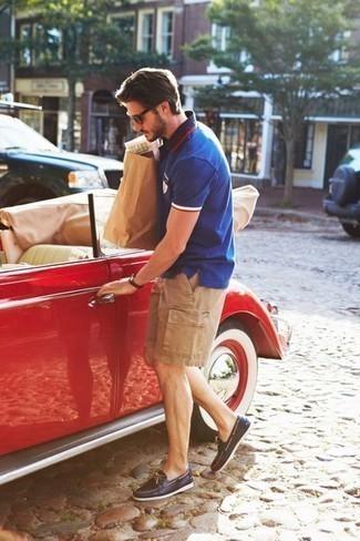 Comment porter des chaussures bateau: Pour une tenue de tous les jours pleine de caractère et de personnalité opte pour un polo bleu avec un short marron clair. Cette tenue est parfait avec une paire de des chaussures bateau.