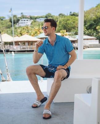 Comment porter: polo turquoise, short imprimé bleu marine, sandales en caoutchouc imprimées blanches, lunettes de soleil noires