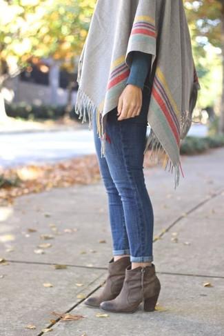 Pour une tenue de tous les jours pleine de caractère et de personnalité essaie de marier un poncho à rayures horizontales gris avec un jean skinny bleu. Complète ce look avec une paire de des bottines en cuir grises.