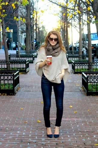 Pense à porter un poncho beige et un jean skinny bleu marine pour créer un style chic et glamour. Une paire de des escarpins en daim bleu marine s'intégrera de manière fluide à une grande variété de tenues.