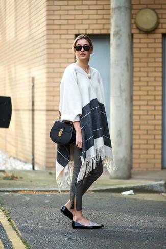 Comment porter: poncho à rayures horizontales blanc, pantalon slim en cuir gris, slippers en cuir noirs et blancs, sac bandoulière en cuir noir