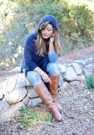 Comment porter: poncho bleu marine, jean skinny déchiré bleu clair, bottes hauteur genou en cuir marron