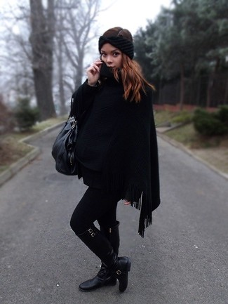 Comment porter: poncho noir, bottes hauteur genou en cuir noires, sac fourre-tout en cuir noir, bandeau en tricot noir
