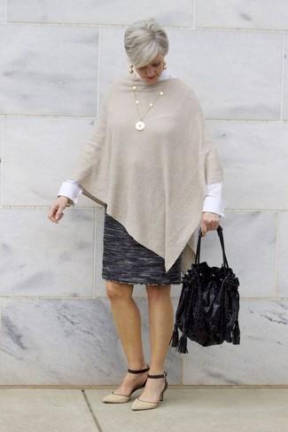 Comment porter: poncho beige, chemise de ville blanche, jupe crayon en laine gris foncé, escarpins en daim noir et marron clair