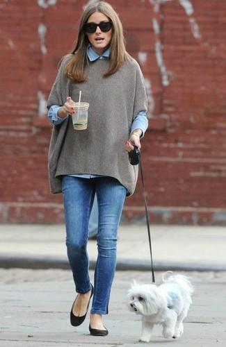 Pour une tenue de tous les jours pleine de caractère et de personnalité marie un poncho gris avec un jean skinny bleu. Mélange les styles en portant une paire de des ballerines en daim noires.
