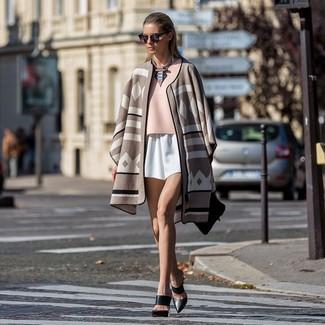 Comment porter: poncho imprimé beige, chemisier à manches courtes rose, short blanc, mules en cuir noires