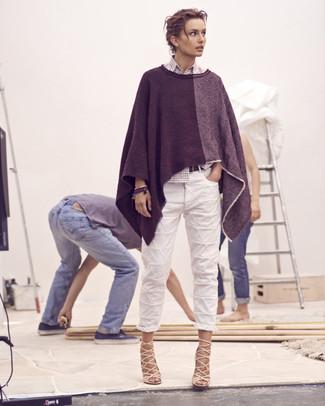 Comment porter: poncho gris foncé, chemise de ville à carreaux blanche, jean boyfriend blanc, sandales à talons en cuir beiges