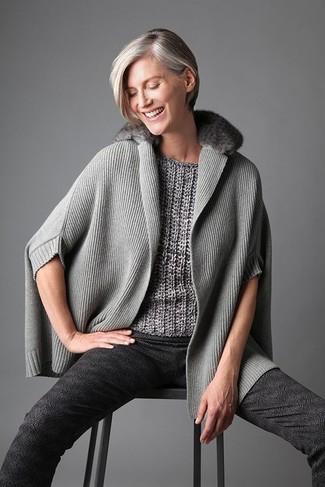 Comment s'habiller après 40 ans: Harmonise un poncho gris avec un pantalon slim imprimé gris foncé pour un déjeuner le dimanche entre amies.