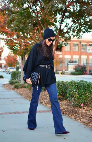 Essaie d'harmoniser un poncho noir avec un jean flare bleu pour une tenue raffinée mais idéale le week-end. Une paire de des bottines en daim pourpre foncé est une option astucieux pour complèter cette tenue.
