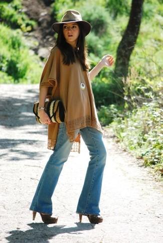 Choisis un poncho marron clair et un jean flare bleu clair pour affronter sans effort les défis que la journée te réserve. Complète ce look avec une paire de des sandales à talons en cuir marron foncé.