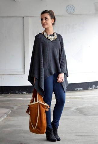 Harmonise un poncho gris foncé avec un jean skinny bleu marine pour un déjeuner le dimanche entre amies. Une paire de des bottines compensées en daim noires est une option génial pour complèter cette tenue.