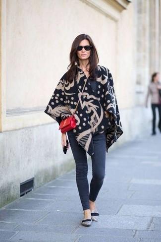 Pour une tenue de tous les jours pleine de caractère et de personnalité opte pour un poncho imprimé noir avec un jean skinny gris foncé. Jouez la carte classique pour les chaussures et choisis une paire de des slippers en daim gris.